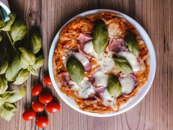 Recept: Jednoduchá domácí pizza. Lepší než z krabice.