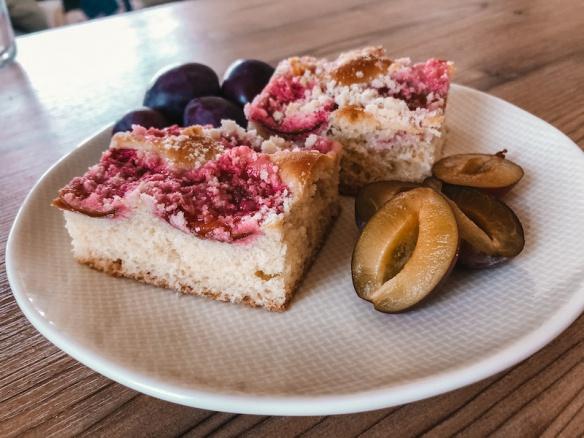 Zdravý kynutý švestkový koláč s drobenkou