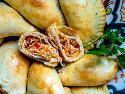 Zdravé kuřecí empanadas. Španělské oblíbené jídlo.