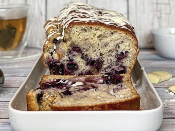 Zdravý borůvkový chlebík s broskvemi.